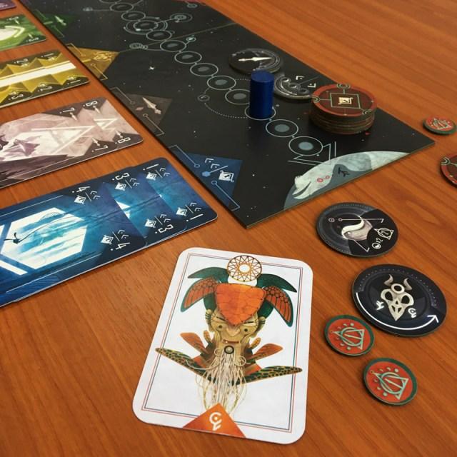 Une photo d'une table avec le jeu shaman