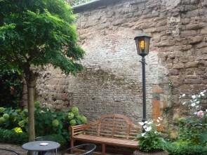 een stukje heel erg oude muur
