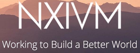 Logo secta NXIVM: TRABAJANDO PARA CONSTRUIR UN MEJOR MUNDO