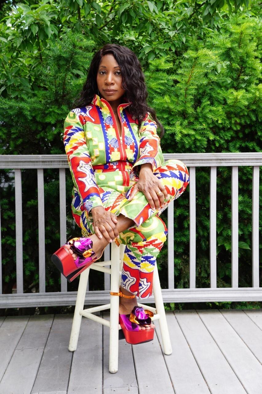 Como una pintora, Butler selecciona su paleta, una paleta que consiste en telas. Muchos provienen de Ghana, la tierra natal de su padre y de otros países africanos. Su madre, de Nueva Orleans, se crió en Marruecos.