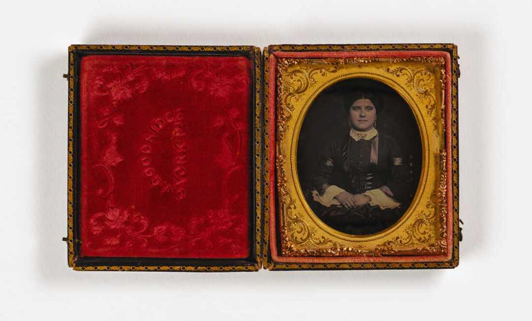Sin título (mujer, joyas de oro), ca. 1851 o posterior, daguerrotipo de sexta placa. Museo Smithsonian de Arte Americano, Colección LJ West de Fotografía Antigua Afroamericana, Compra del Museo posible gracias a la Fundación Franz H. y Luisita L. Denghausen.