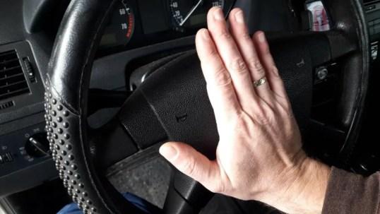car-horn-pressing