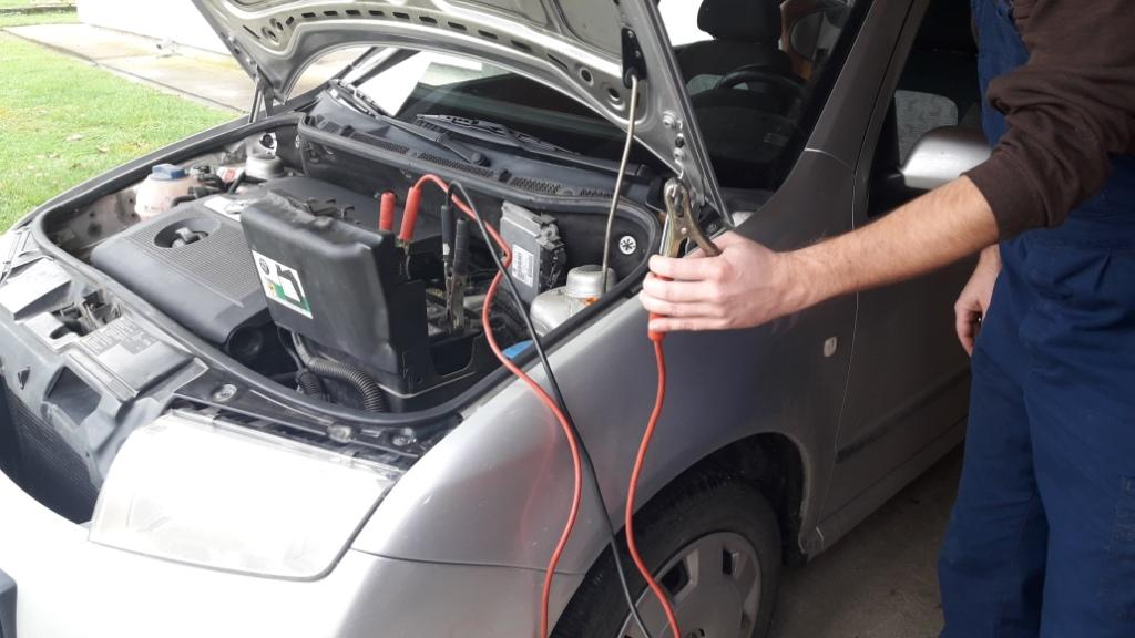 how-to-jump-start-car-hold-jumper-cables-clamps-up