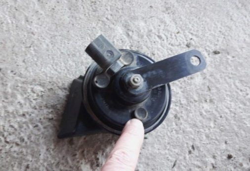 car-horn-adjustement-screw