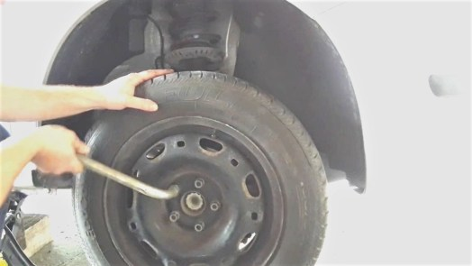 how-to-replace-a-sway-bar-link-returning-the-tire