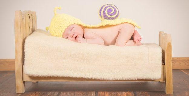 bébé dort paisiblement sans trouble du sommeil et sans problème