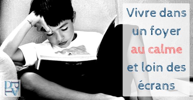 Enfant lit un livre au lieu de rester devant un écran