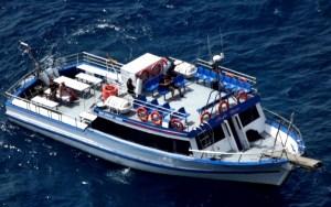 Boat Party Platja d'Aro. La tripulación navegará por la costa en un barco para pasajeros que quieren disfrutar del mar. Salida desde la playa, muy cerca del puerto. Hora del embarque a las 12.30h los sábados de la temporada de verano
