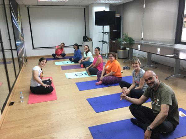 yoga en la oficina empresas saludables despierta y entrena