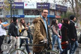 Camisa de denim, chaqueta de explorados y bicicleta de estilo corredora.