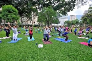Yoga en una plaza.