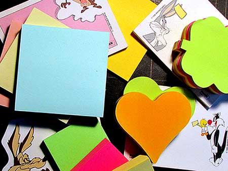 Post-it de tailles, de formes et de couleurs variées… Photo : R. Martens