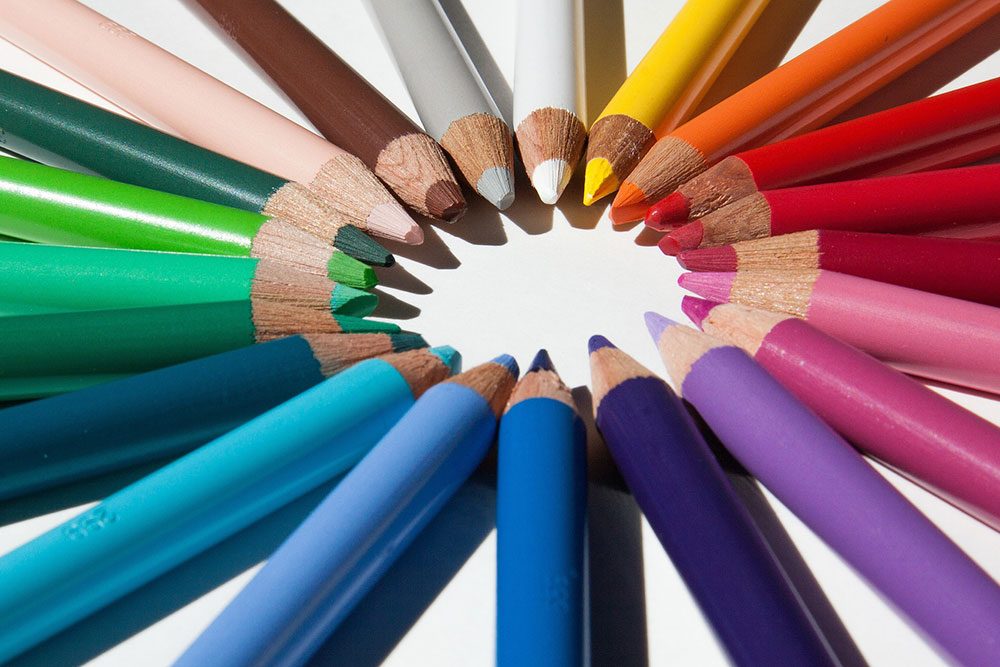Des crayons de couleur en bois pour le coloriage