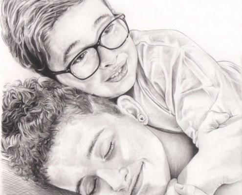 Portrait dessin d'après photo de frère et sœur se câlinant