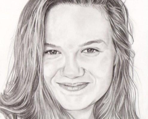 Portrait d'après photo d'une jeune fille souriante en noir et blanc