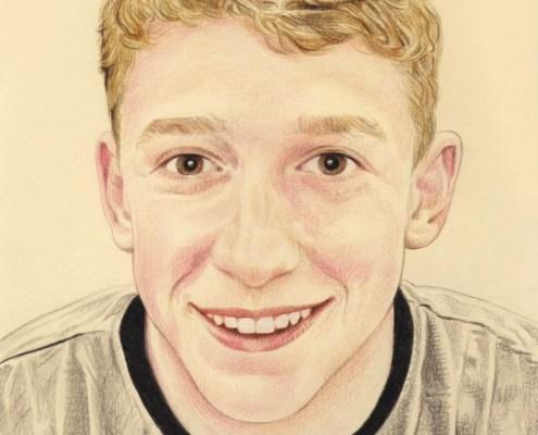 Portrait dessin d'après photo d'un jeune garçon souriant en couleur