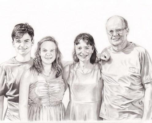 Portrait dessin d'après photo de parents avec leurs deux grands enfants en noir et blanc