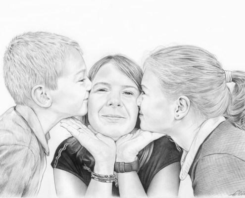 Portrait dessin de deux enfants embrassant leur maman
