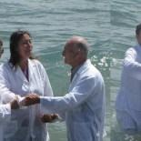 «Enza la sorella cieca» viene guarita da Dio durante il battesimo in acqua