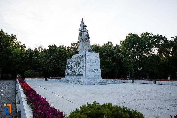 imagine-din-departare-cu-monumentul-ostasului-necunoscut-din-timisoara-judetul-timis.jpg