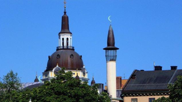Stockholm, Zweden. De kerk en de Moskee staan op steenworp afstand van elkaar.