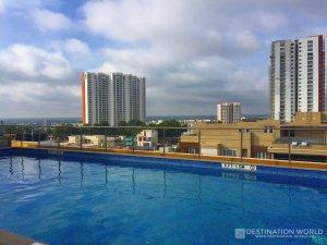 Zwei Welten treffen am Pool des Four Points by Sharaton in Bangalore aufeinander