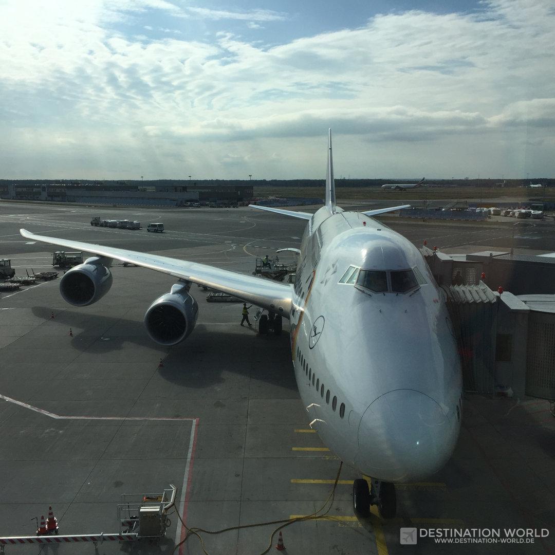 Die Fist Class in der Lufthansa B747-8 liegt in der Nase des Flugzeuges. Zu meinem Platz (1K) gehören die ersten 4 Fenster.