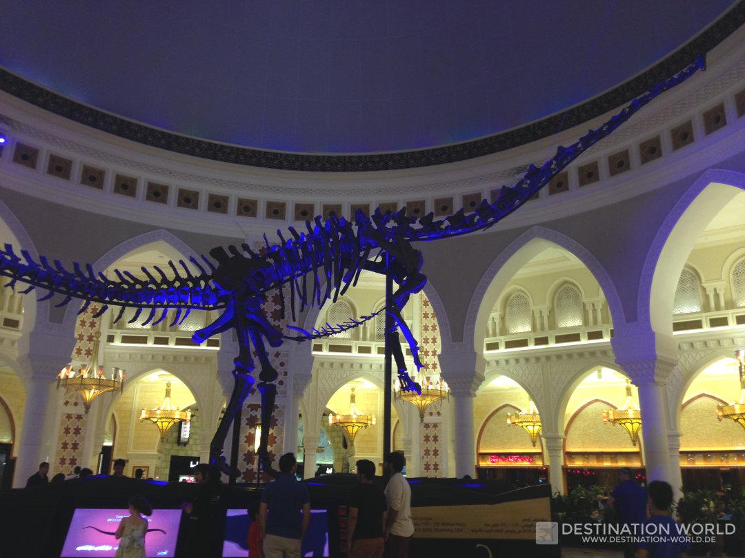 Ein riesiges, originales Dinosaurier Skelett steht in mitten der Dubai Mall