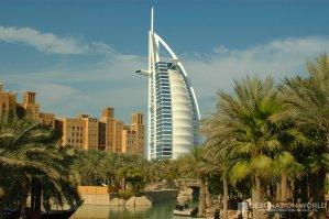 Das Burj Al Arab überragt die Anlage von Medinat