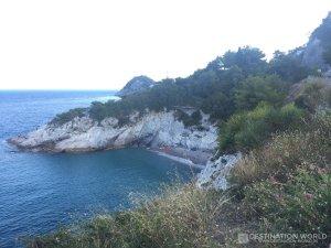 Der versteckte Strand von Bregeggi ist nur schwierig zu erreichen