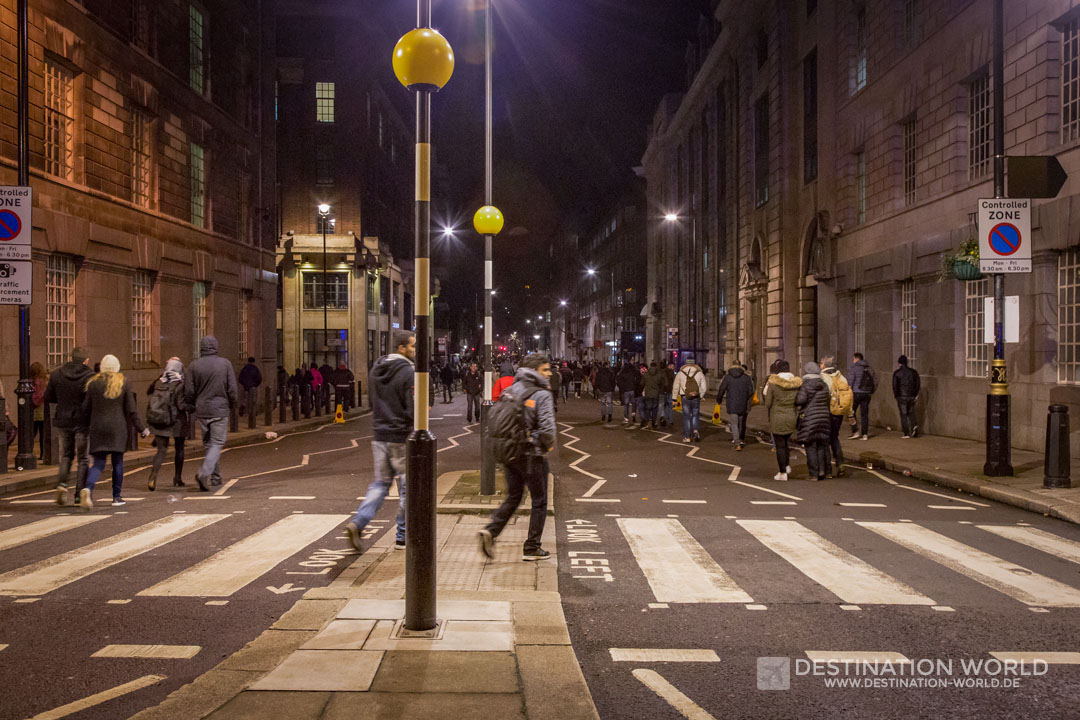 Nach dem Feuerwerk wandern die Zuschauer durch die Innenstadt