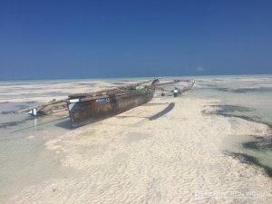 Die Schiffe liegen während der Ebbe auf Grund