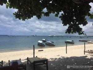 Blick von einem der Restaurants am Hafen über die Boote die nach Prison Island fahren