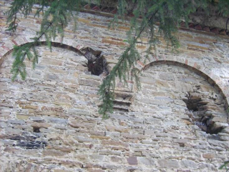 Храмът в манастира - дупки