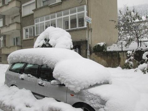 Някои коли са почти затрупани