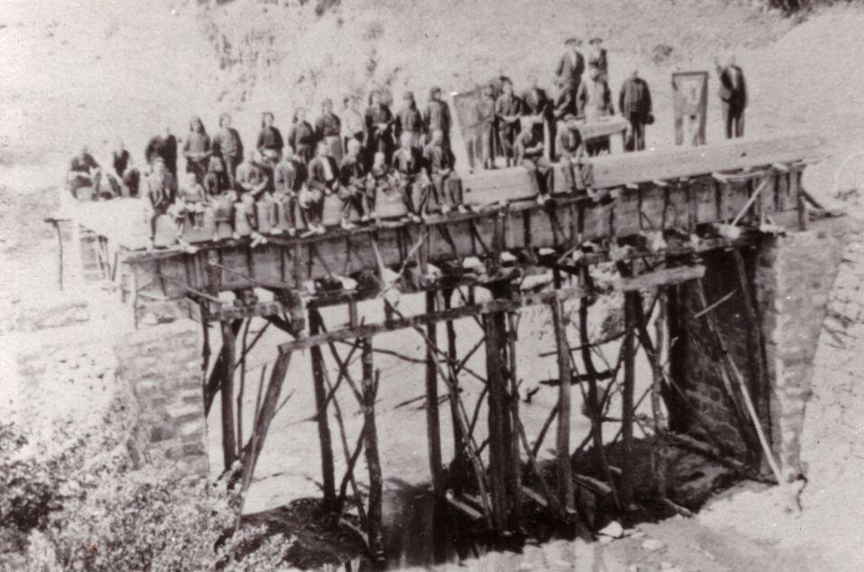 Архивна снимка от строежа на един от мостовете в Ганчовец