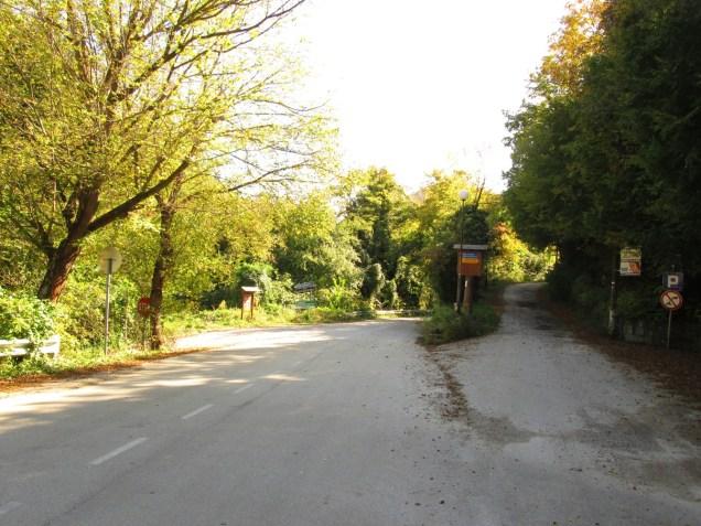 Наляво за къмпинга, направо за манастира, надясно за хижата