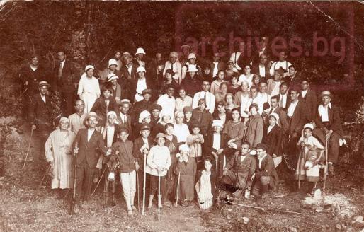 Учители и ученици от Бургаско при пещерата, 1916г.