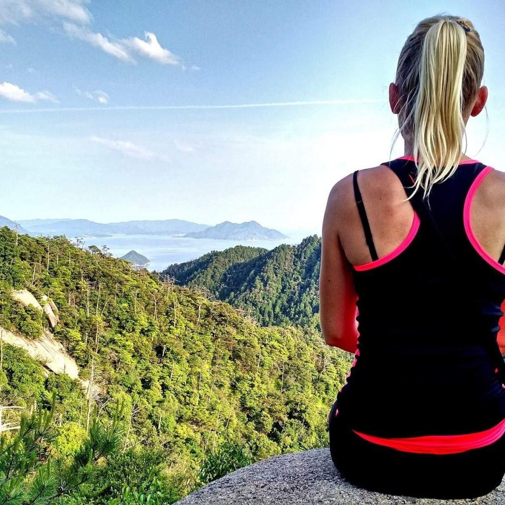 voyager au japon en 2021, femme qui pose a miyajima au japon