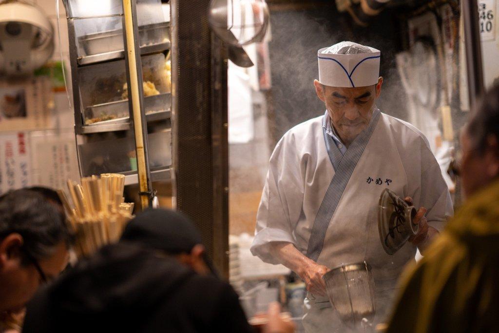 voyage au japon, un maitre sushi dans son restaurant