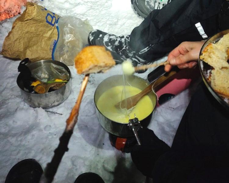 Repas dehors dans la neige