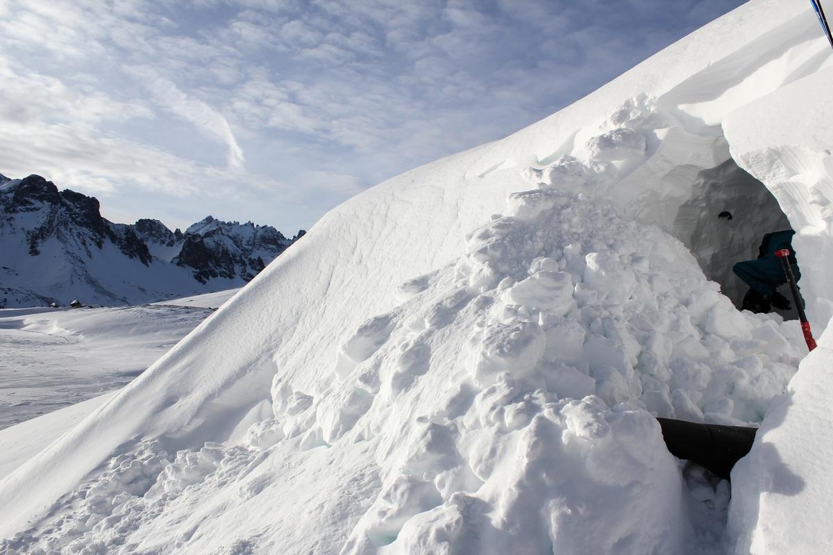 Ils creusent un abri de neige
