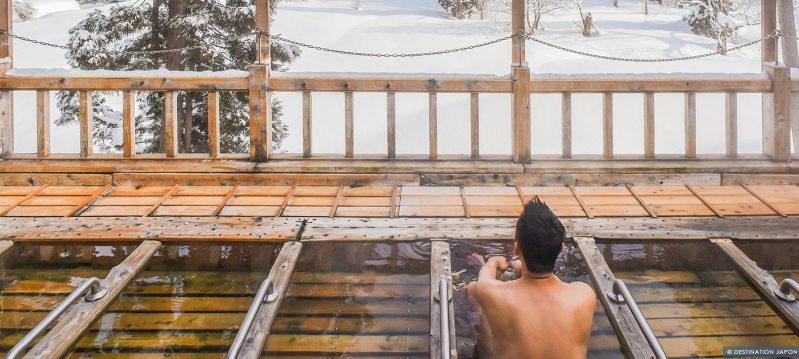 Homme se baignant des les sources chaudes en hiver à Zao onsen