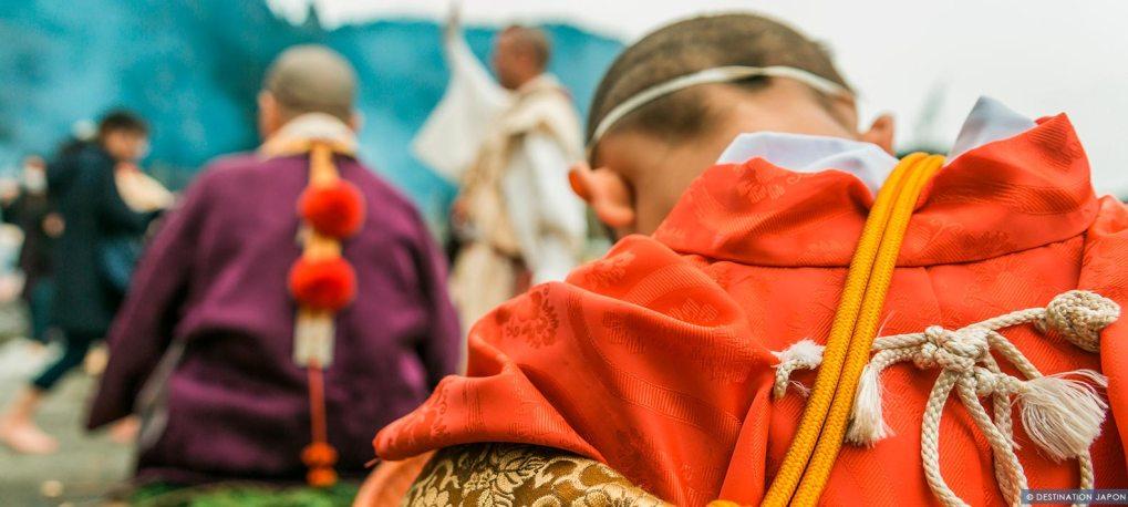 Enfant en tenue monastique au festival du feu du Mont Takao
