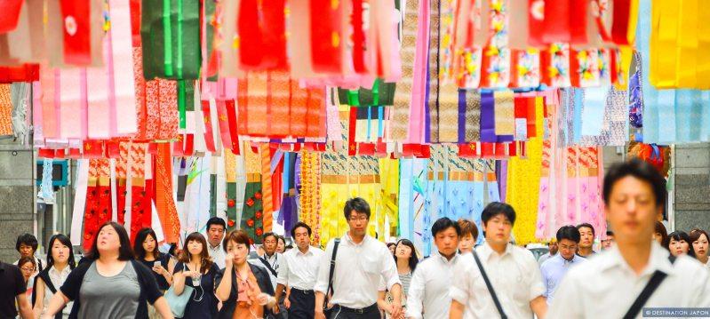 Tanabata à Sendai, foule se baladant sous les décorations colorées