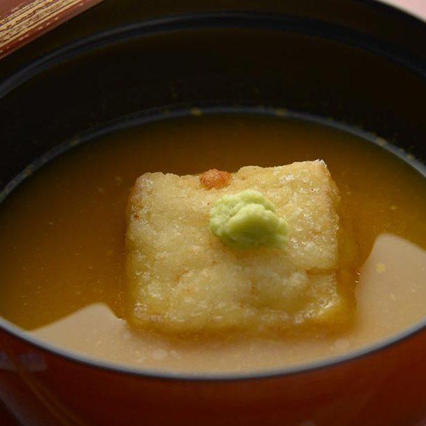 Tofu dans un bouillon au miso