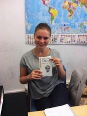 """Julia nous a présenté """"Bonjour Tristesse"""" de Françoise Sagan. Elle avait déjà lu ce livre en anglais et en russe."""