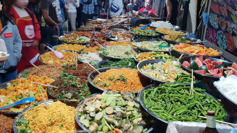 Buffet végétarien au marché de nuit : 15 000 kips (1,50€) l'assiette