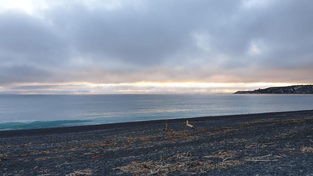 Lever du soleil sur la plage de Kaikoura