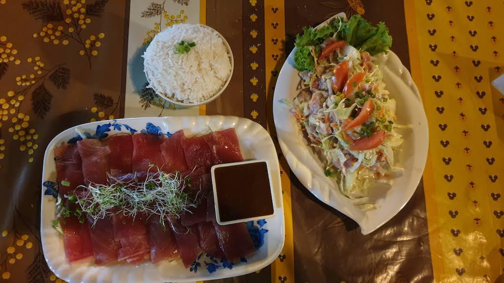 Thon cru / riz et salade de poisson cru aux roulottes de Papeete